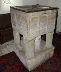 a square font, with 3 classic arches dipicted on each side, supported on 3 corner columns and a central column